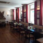 Bequeme Stühle und gemütliche Sitzbänke stehen dem Gast im Restaurant Sandmann zur Verfügung.